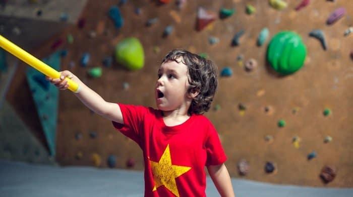 Kinder Klettern lernen