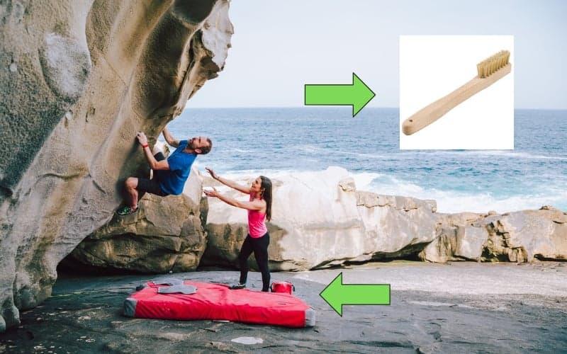 Bouldern-Ausrüstung-Bouldermatte-Bürste